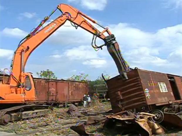 Trens abandonados em Iperó (Foto: Reprodução/TV TEM)
