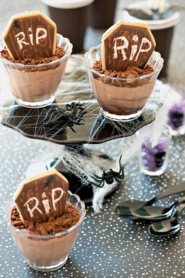 A Mousse de chocolate fica ainda mais gostosa com biscoitos em forma de lápides (Foto: Cacá Bratke/ Editora Globo)
