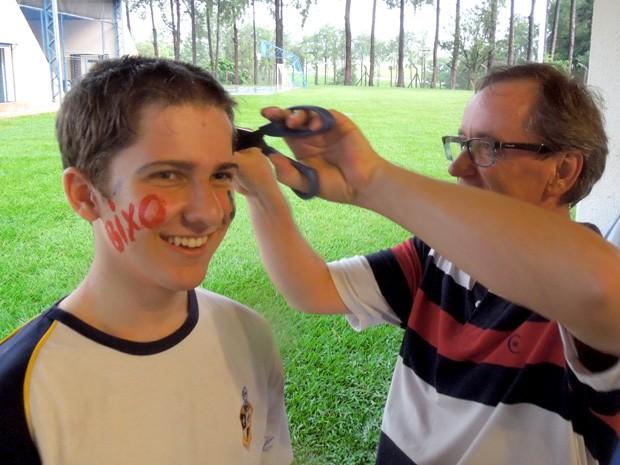 Diretor da escola corta o cabelo de Gabriel Baron, em Campinas (Foto: Nivaldo Baron/Arquivo pessoal)