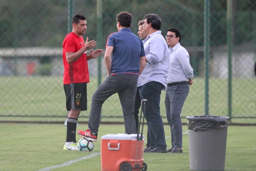 Diego Souza conversa com diretoria do Sport no treino desta quarta-feira (Foto: Marlon Costa / Pernambuco Press)