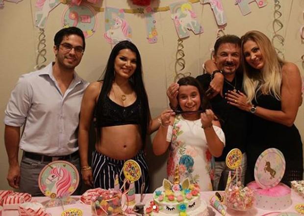 Juliane Almeida com a família do marido, Michell Moraes (Foto: Reprodução/Instagram)