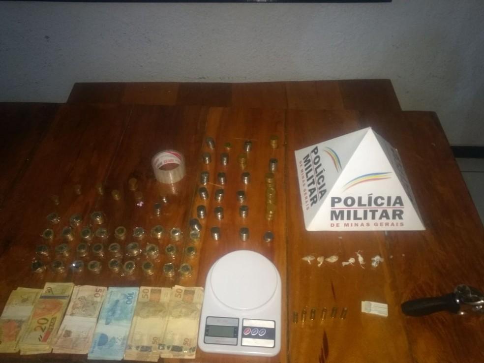 Militares apreenderam uma arma e dinheiro em uma casa na Vila Áurea (Foto: Polícia Militar/Divulgação)