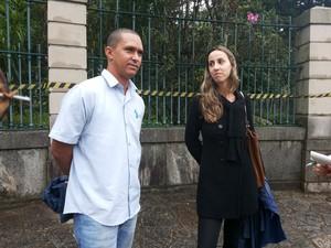 Visitantes frustrados na porta do Museu Imperial em Petrópolis (Foto: Andressa Canejo/G1)