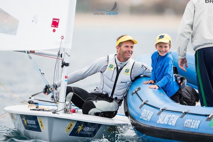 Robert Scheidt comemora prata no Princesa Sofia com o filho Eric (Foto: Pedro Martinez/Trofeo Sofia)