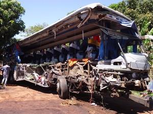 Frente e lateral do ônibus ficaram destruídos (Foto: Claudio Souza/TV TEM)