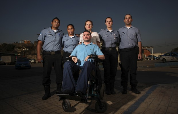 """O soldado Alexsandro Fávaro,tetraplégico após um tiroteio,com a mulher e colegas.""""Coloque-se ni meu lugar e imagine a pessoa que vc ama tendo de trocar sua fralda',diz (Foto: Agencia Sincro)"""
