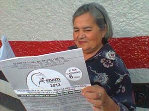 """Candidata da melhor idade, Olga recebeu ajuda de dois agentes e também uam versão """"Gigante"""" da prova para que ela pudesse ler o exame sem dificuldade. (Foto: Gil Sóter/ G1 PA)"""