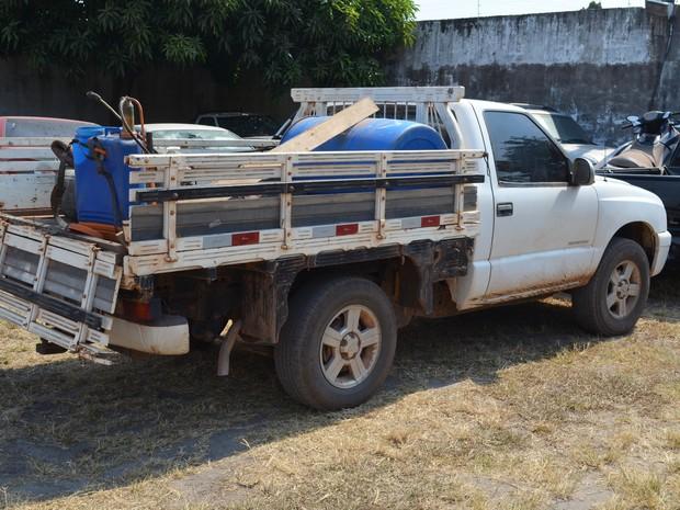 Dinheiro estava armazenado no fundo falso da caminhonete, que está apreendida na PF (Foto: Adonias Silva/G1)