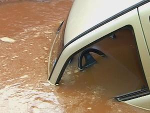 Veículo encheu de água e só deu tempo dos ocupantes saírem  (Foto: Reprodução / TV TEM)