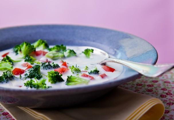 Creme de brócolis com tomate: receita perfeita pra espantar o friozinho