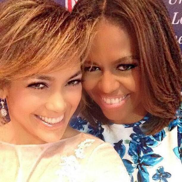 """Poderosas! Jennifer Lopez se encontrou com a primeira-dama dos EUA, Michelle Obama, num almoço realizado neste mês em Nova York. A popstar não perdeu a oportunidade e publicou uma """"selfie"""" ao lado da advogada. (Foto: Twitter)"""