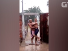 Vídeo de pai e filho com paralisia em banho de chuva no CE viraliza na web