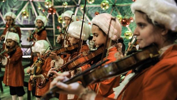 O grupo Pequenos Mozart, composto por talentos mirins do violino, é uma das atrações do Esquenta! especial de Natal (Foto: Globo)