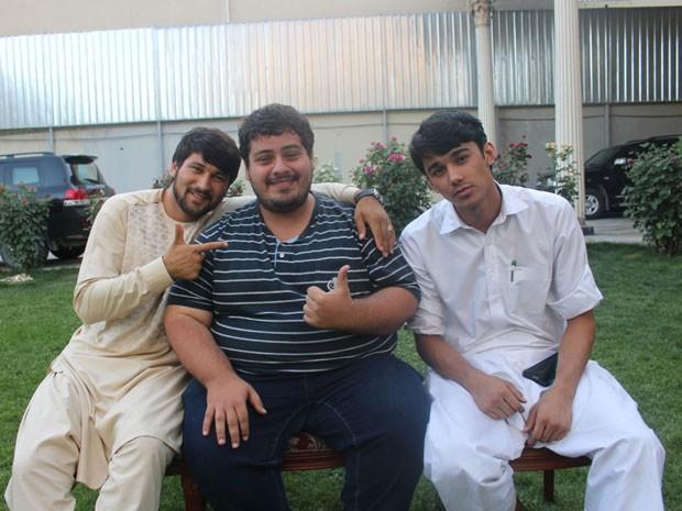 Bruno com seus dois amigos afegãos; o brasileiro os conheceu na aula de mandarim e foi passar férias no país deles (Foto: Bruno Pinheiro/Arquivo pessoal)