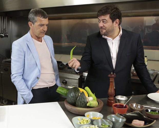 Antonio Banderas aprendeu a cozinhar típico prato brasileiro (Foto: Felipe Monteiro / Gshow)