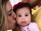 Deborah Secco e Hugo Moura dão beijinho em Maria Flor: 'Amor define'