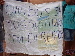 Moradores do Residencial União bloquearam a Avenida Perimetral reivindicando transporte escolar  (Foto: Nataly Labajos/Folha de Vilhena)