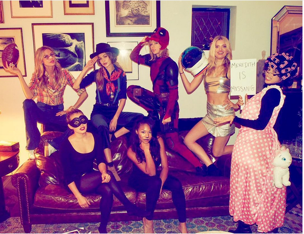 Taylor Swift fantasiada de Deadpool com amigas (Foto: Instagram)