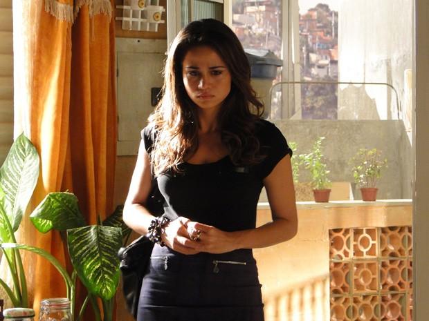 Morena fica nervosa ao ver Russo conversando com Théo (Foto: Salve Jorge/TV Globo)