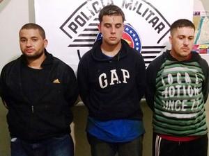 Três dos quatro suspeitos presos após perseguição em Ilha Comprida, SP (Foto: Divulgação/Polícia Militar)