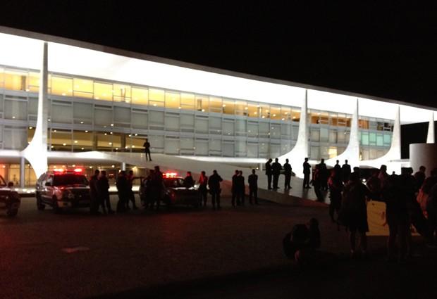 Estudantes permaneceram até a noite desta quinta-feira (24) em frente ao Palácio do Planalto para pedir à presidente Dilma Rousseff o veto total ao Código Florestal. Previsão é que a presidente vete partes do texto, com compensações em novos projetos de lei. (Foto: Priscilla Mendes/G1)