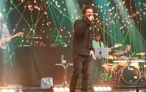 "Thiago Martins ensaia ""Tira Onda"" no Música Boa Ao Vivo"