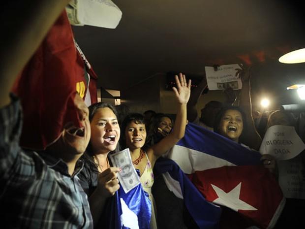 Manifestantes pró-regime cubano mostram nota de dólar no Congresso (Foto: Agência Brasil)