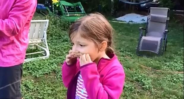 Menina se divertiu ao arrancar dente com drone (Foto: Reprodução Youtube)