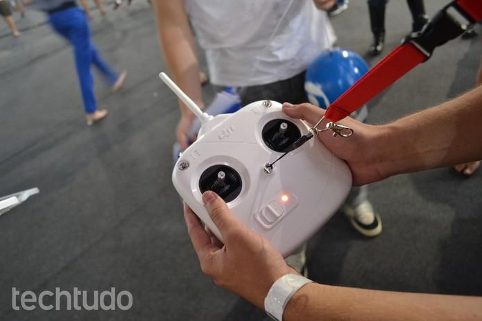 Controle do drone com comandos bem simples (Foto: TechTudo/Melissa Cruz)