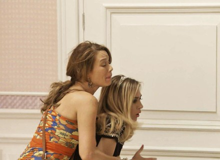 Fedora dá de cara com Tancinha em seu armário e se descontrola