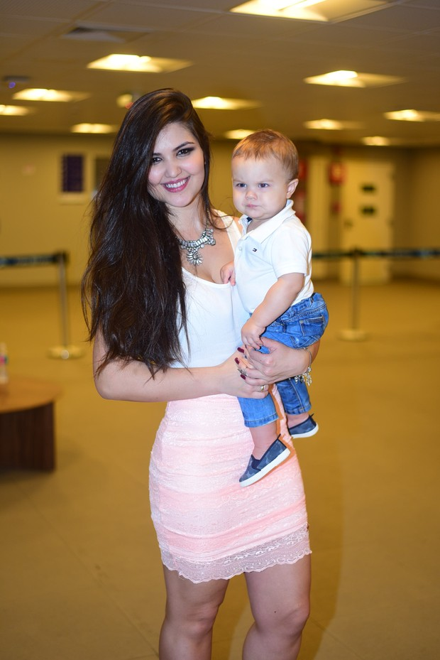 Paula Aires, mulher do Mateus e o filho Davi (Foto: Leo Franco)