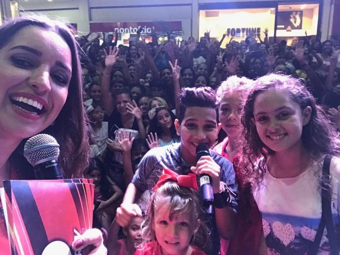 Apresentadora do MG 2ª Edição, Joana Teles, ao lado dos cantores (Foto: Inter TV dos Vales/Divulgação)