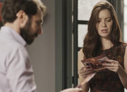Júlia encontra foto de Lorena com mafioso