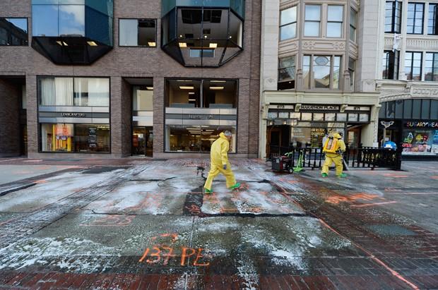 Equipes de limpeza trabalham no local de uma das explosões em Boston (Foto: Kevork Djansezian/Getty Images/AFP)