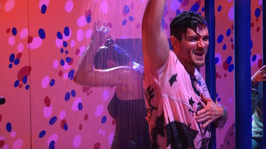 Marcos canta e balança os braços em mais uma chuva de calda