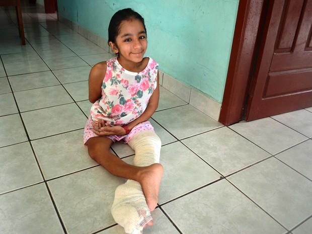 Por causa da enchente, Francisca precisou ir para casa de uma amiga da mãe (Foto: Aline Nascimento/G1)