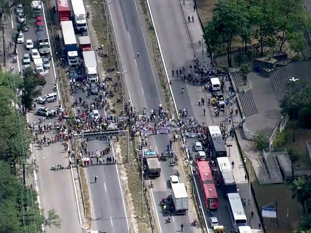 Trânsito ficou travado na BR-101, na Zona Oeste do Recife (Foto: TV Globo/Reprodução)