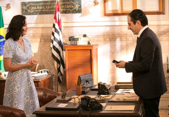 O gerente do banco confere o documento de Filomena (Foto: Raphael Dias/Gshow)