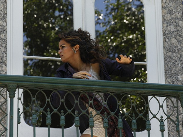 Morena foge pela varanda do prédio (Foto: Salve Jorge/TV Globo)