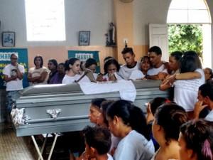 Após celebração, familiares conduziram caixão ao cemitério de Plautino Soares (Foto: Zana Ferreira/G1)