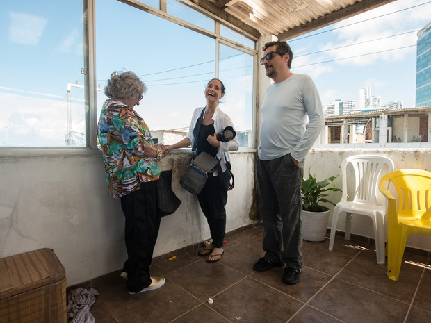 A atrizes Zoraide Coleto e Sonia Braga e o diretor Kleber Mendonça Filho nos bastidores de 'Aquarius' (Foto: Victor Juca/Divulgação)