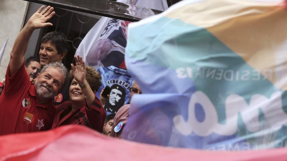 A presidente participa de ato de campanha em São Paulo com o prefeito paulistano, Fernando Haddad, e o ex-presidente Lula. No estado, Dilma teve o pior desempenho do PT em um primeiro turno desde 2002