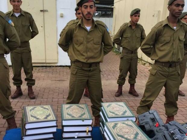 Recrutas da Gadsar fazem juramento de lealdade a Israel sobre o Alcorão, o livro sagrado dos muçulmanos (Foto: BBC)