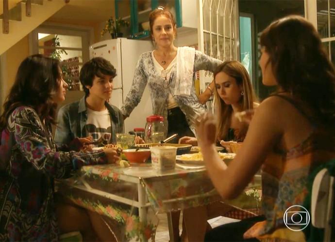Quer se aproximar da sua família? Não tem lugar melhor do que à mesa. Não é, Mari? (Foto: Divulgação/TV Globo)