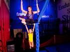 Luize Altenhofen e filha, Greta, posam durante aula de circo