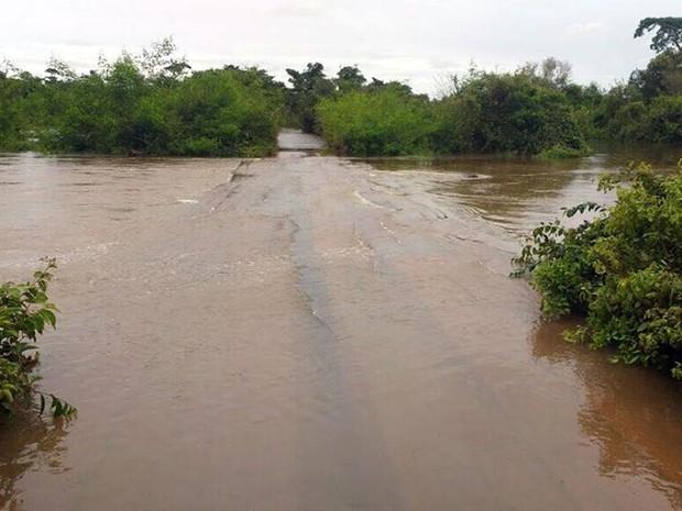 Ponte no município de Santa Terezinha ficou coberta de água (Foto: Associação dos Municípios do Araguaia/ Divulgação)
