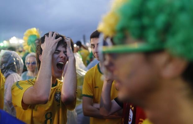 Na Fan Fest de Copacabana, no Rio, menino se desespera com o placar  (Foto: AP Photo/Leo Correa)