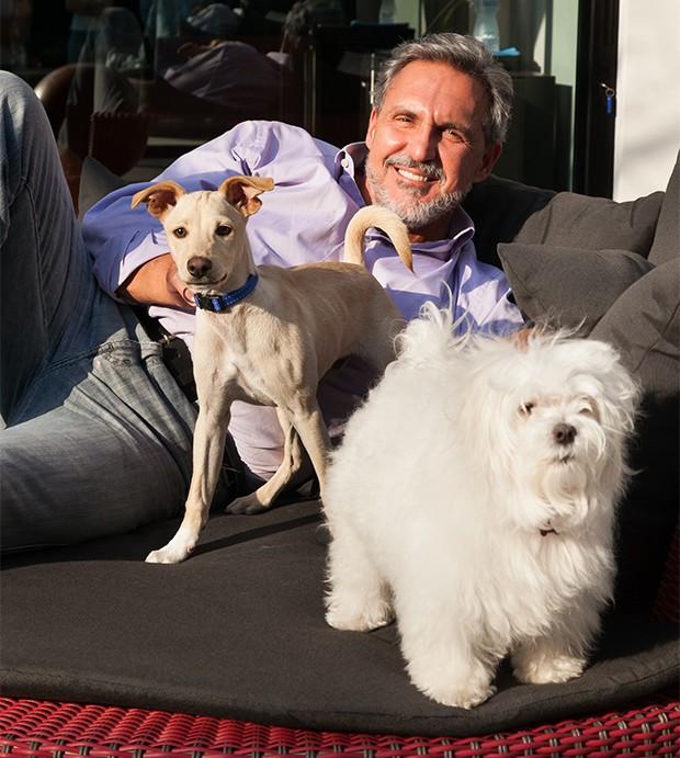 Fabrizio Fasano e seus cachorros Titu e Pituca (Foto: Marcos Rosa/ Ed. Globo)