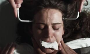 Clara (Bianca Bin) levou choque elétrico num hospício em 'O outro lado do paraíso' | Reprodução