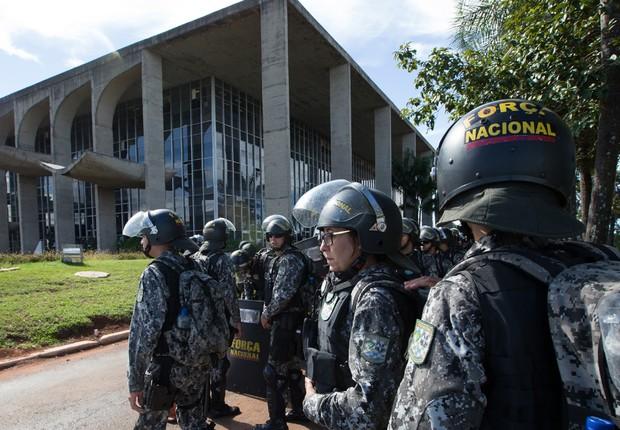 Soldados da Força Nacional foram convocados para garantir a segurança na Esplanada dos Ministérios em Brasília e cercaram o Congresso Nacional (Foto: Lula Marques/AGPT)